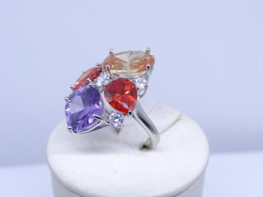 Srebrni prsten sa šarenim kamenjem