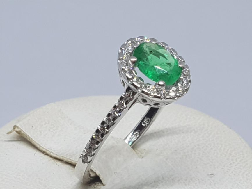 Prsten od belog zlata sa smaragdom i brilijantima