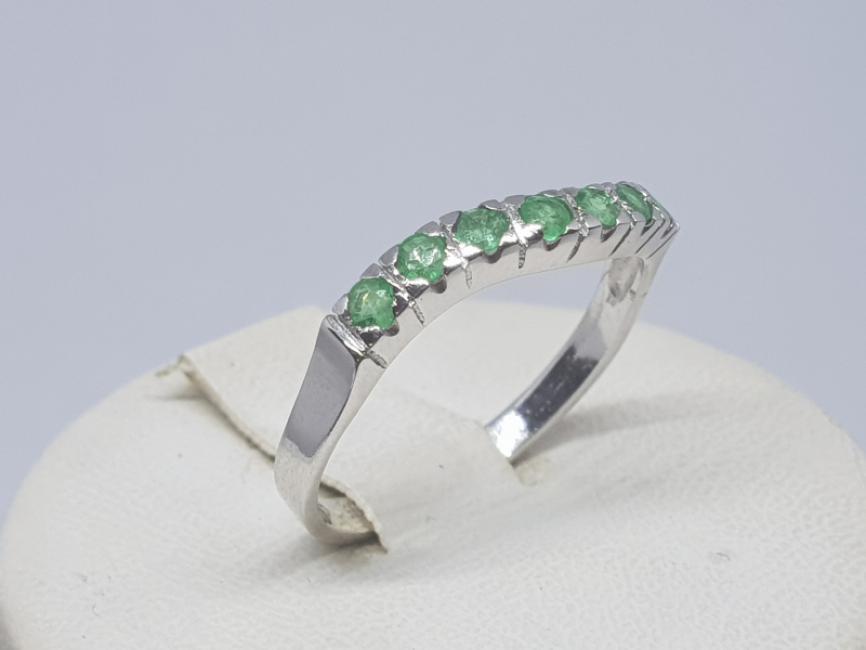 Prsten od belog zlata sa smaragdima