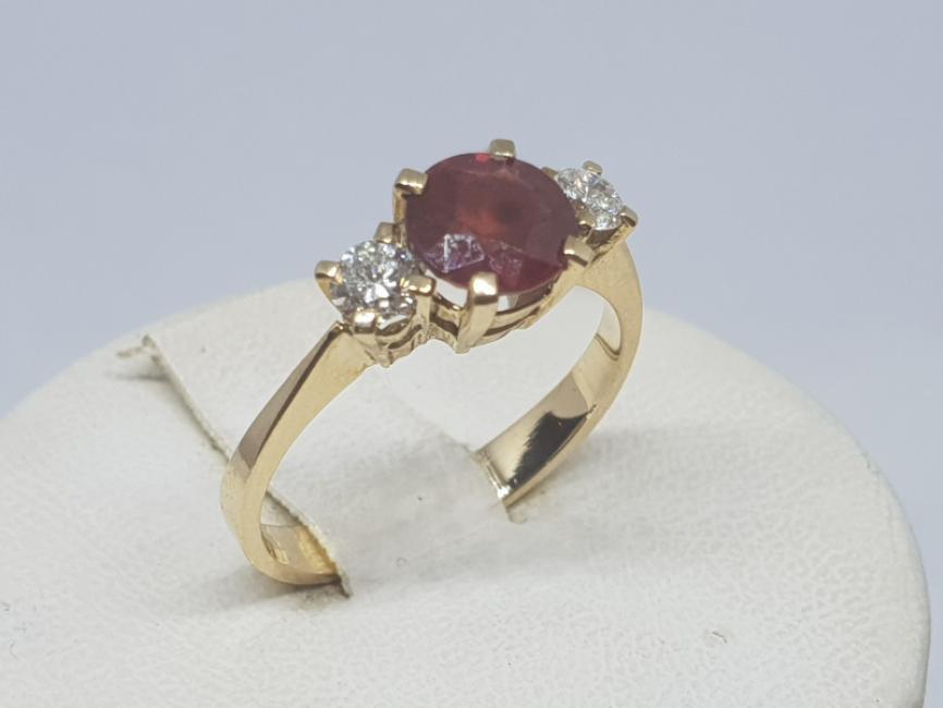 Prsten od zutog zlata sa rubinom i brilujantima