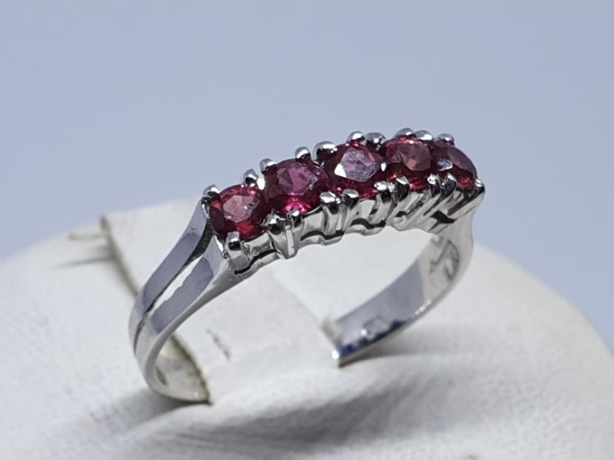 Zlatni prsten sa rubinima