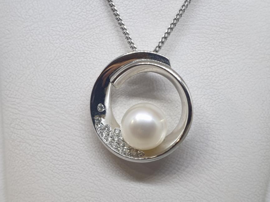 Ogrlica od belog zlata sa biserom i brilijantima