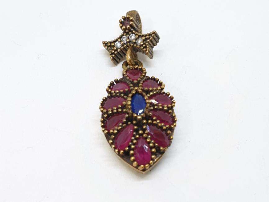 Srebrni privezak sa rubinima i safirom