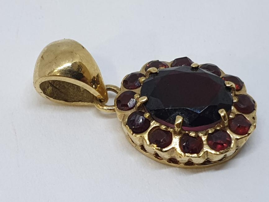 Zlatni privezak sa granatima