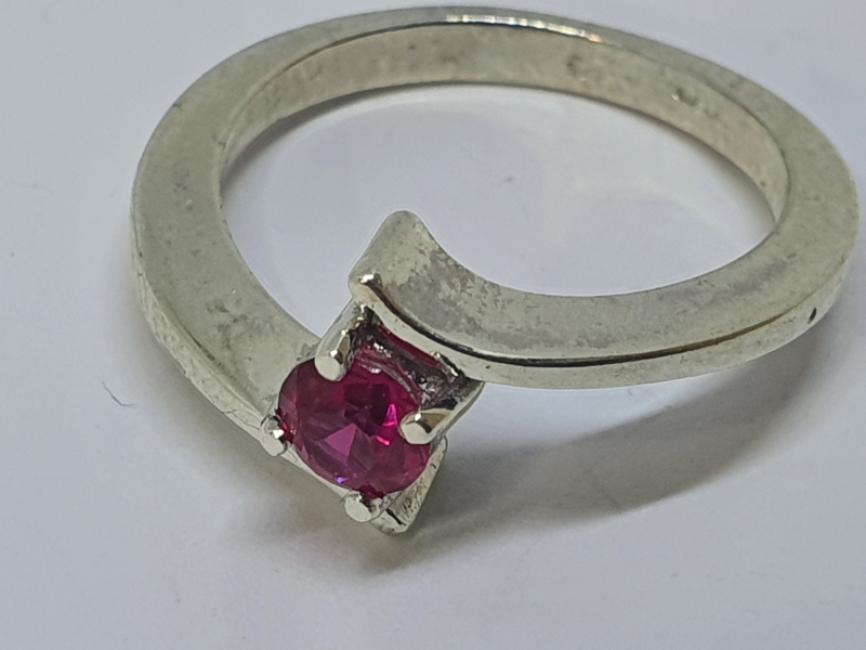 Srebrni prsten sa rubinom malim