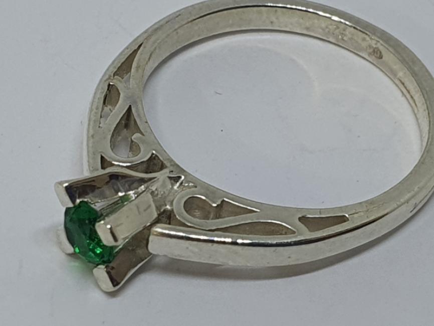 Srebrni prsten sa gravurom i emeraldom