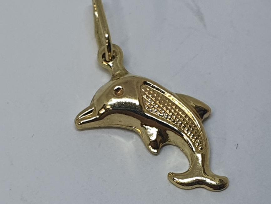 Zlatni privezak delfin