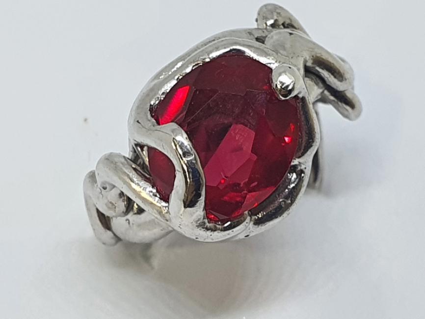 Srebrni misticni prsten sa rubinom