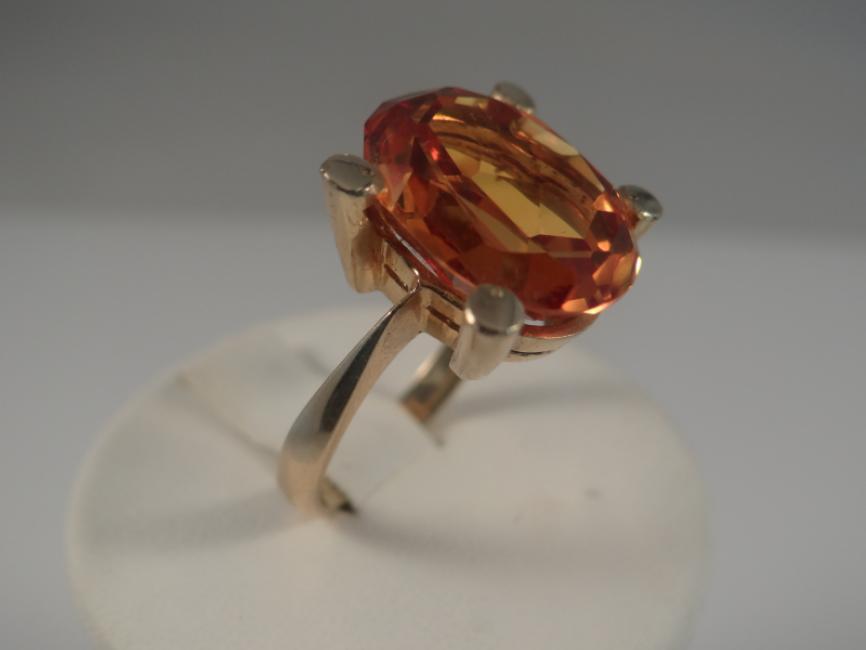 Prsten od žutog zlata sa zlatnim topazom