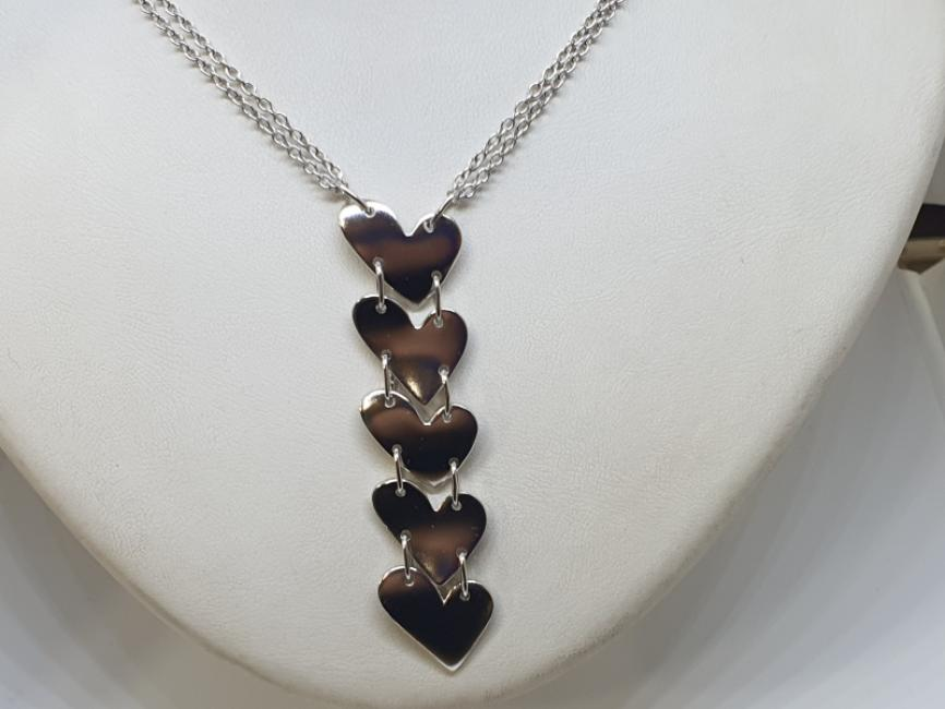 Srebrna ogrlica sa srcima