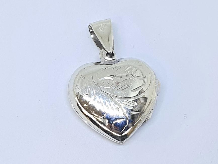 Srebrni privezak medaljon u obliku srca