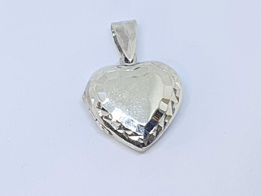 Srebrni privezak medaljon srce sa gravurom