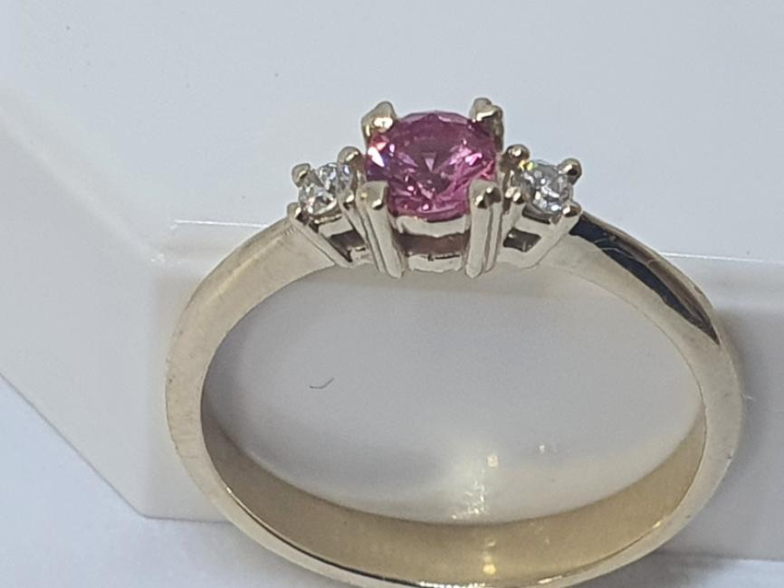 Prsten od žutog zlata sa pink safirom i brilijantima