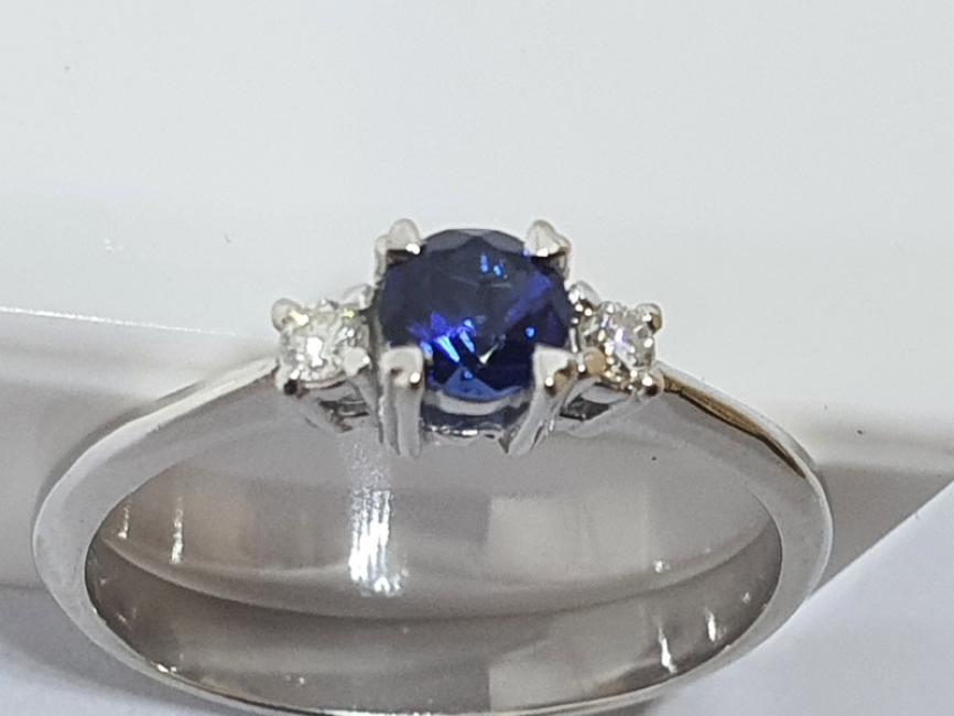 Prsten od belog zlata sa plavim safirom i brilijantima