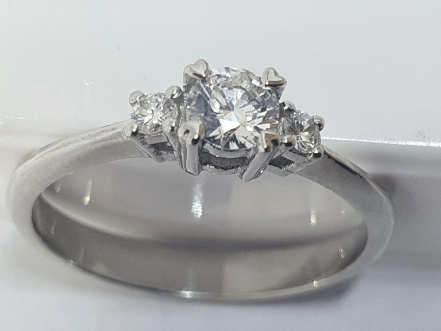Prsten od belog zlata sa brilijantima