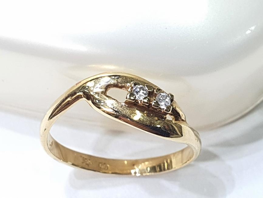 Prsten od žutog zlata sa parom brlijanata