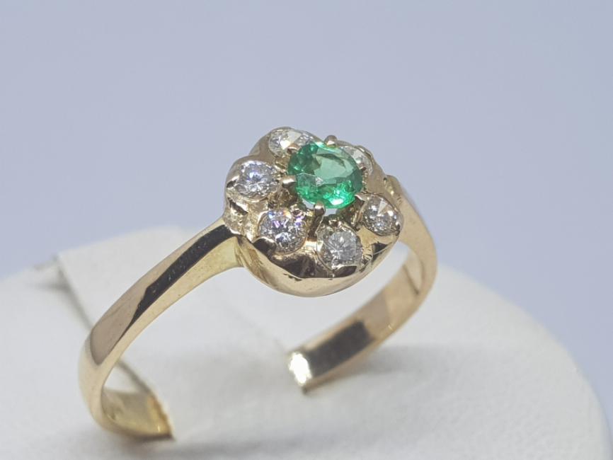 Prsten od žutog zlata sa smaragdom i brilijantima