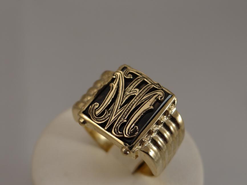 Prsten sa oniksom i monogramom sa Vašim inicijalima
