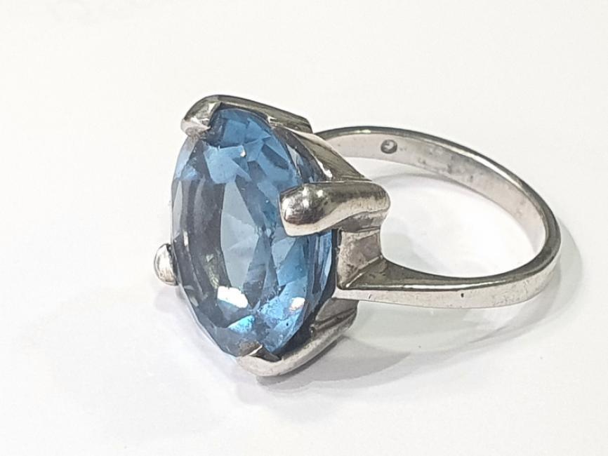 Srebrni prsten sa plavim topazom