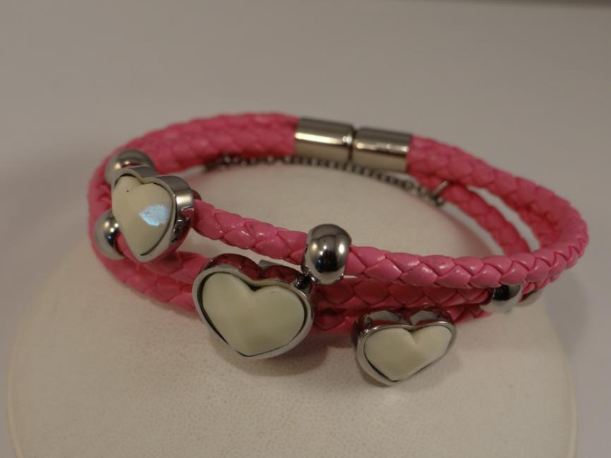 Nrukvica sa roze kožom i srcima